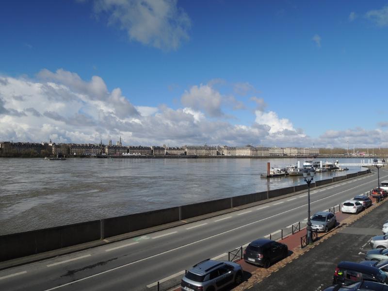 Blick über die Garonne auf die Altstadt von Bordeaux
