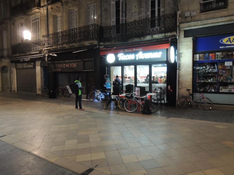 Fahrradkuriere vor Taco-Restaurant in Bordeaux
