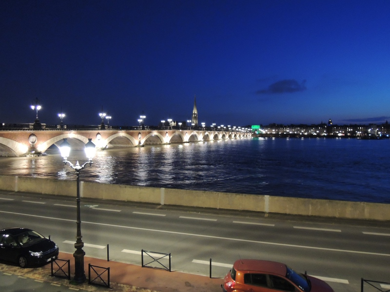 Blick über die Garonne bei Nacht