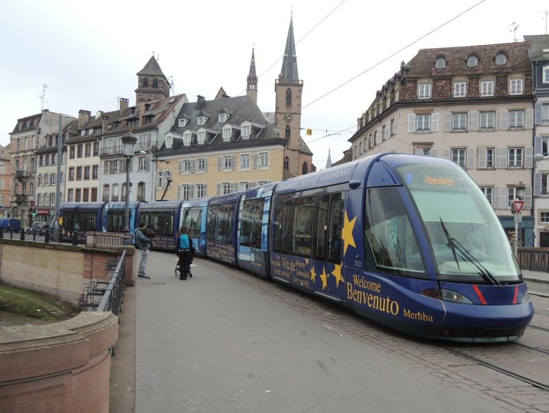 Straßenbahnzug mit Europa-Beklebung