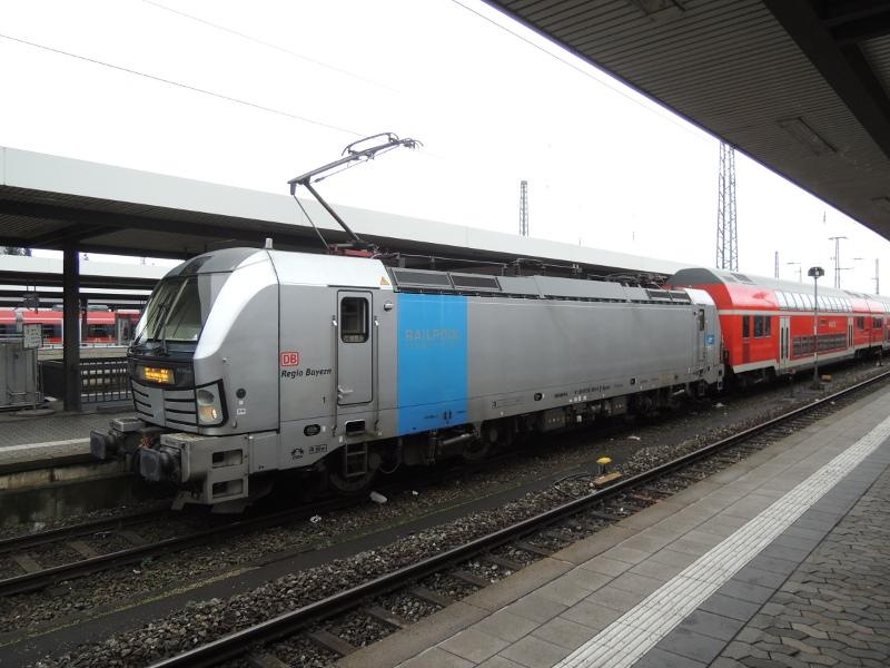 Vectron vor dem RE Nürnberg–Sonneberg