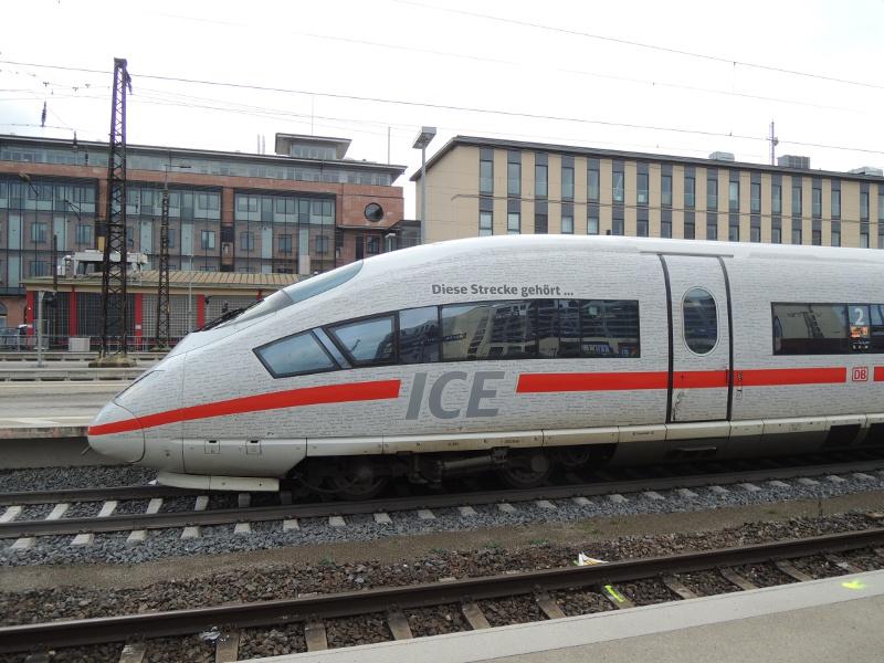 ICE-Triebzug mit Unterschriften zur VDE 8