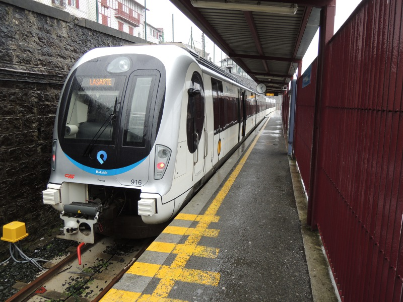 Euskotren im Bahnhof Hendaia
