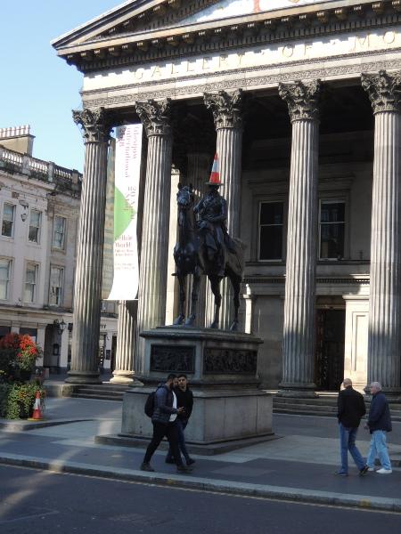 Statue mit Verkehrshütchen