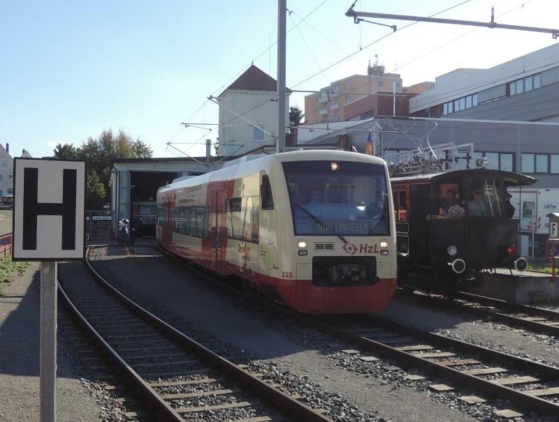 Hzl-Triebwagen neben historischem Zug der Trossinger Eisenbahn