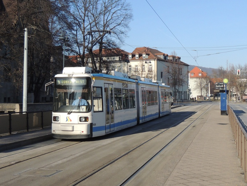 Jenaer Straßenbahn an der Haltestelle Universität