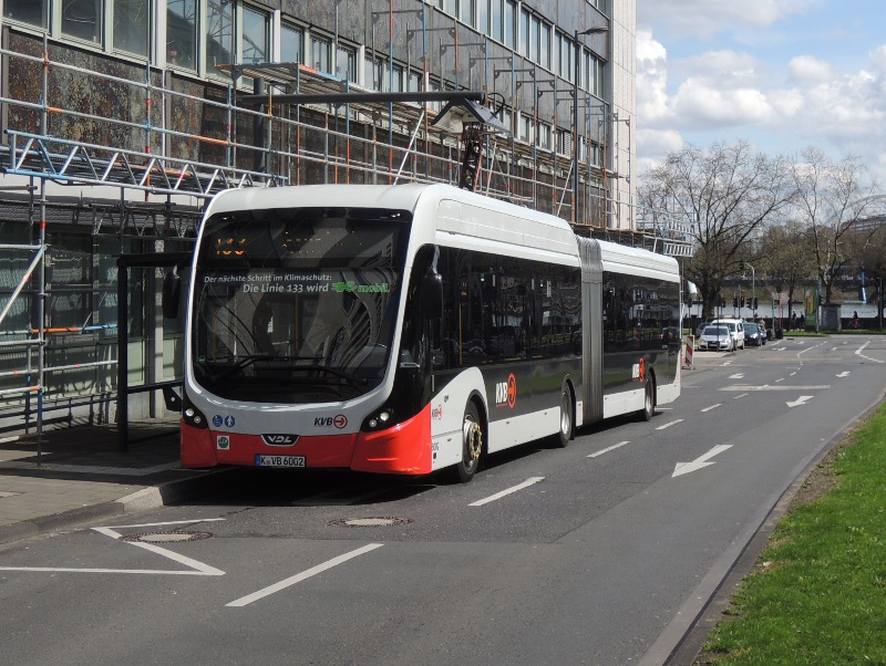 E-Bus der KVB an der Ladestation am Breslauer Platz
