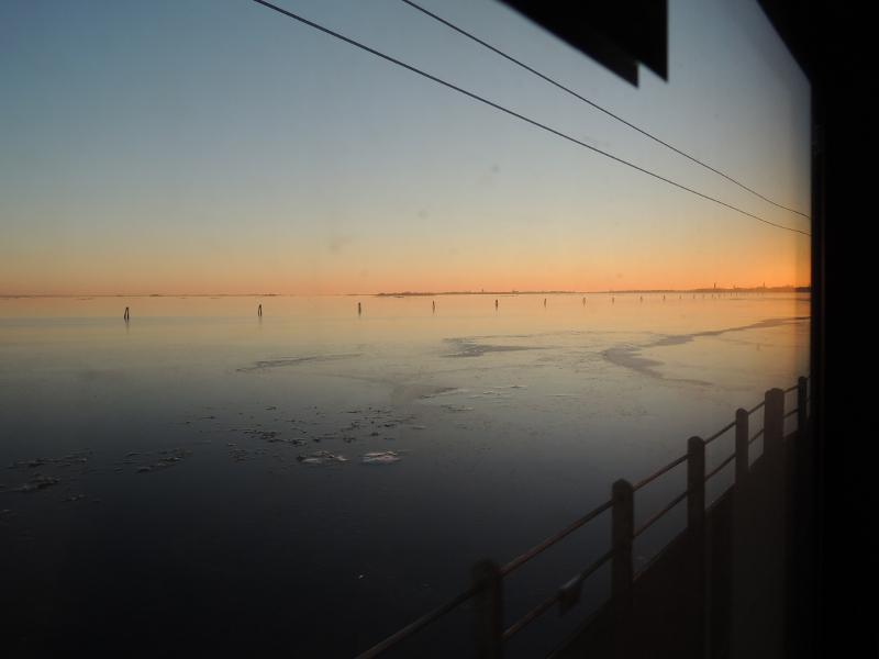 Blick von der Eisenbahnbrücke auf die Lagune von Venedig
