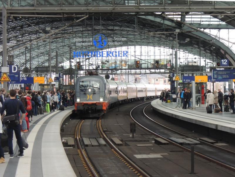 Der Locomore fährt in Berlin Hbf ein