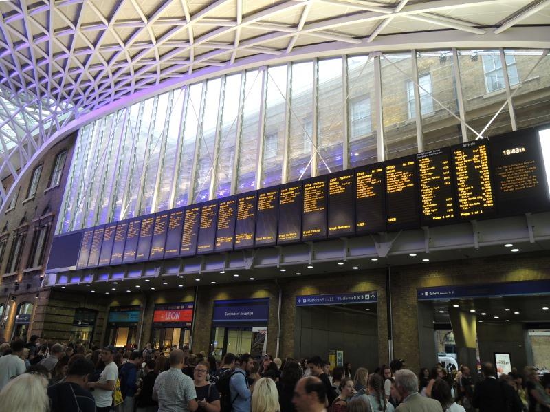 Anzeigetafel im Bahnhof London King's Cross