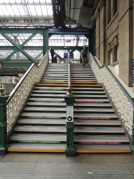 Linksverkehr in der Waverley Station in Edinburgh