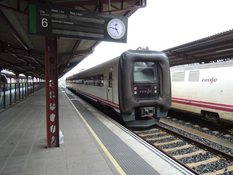 Breitspurtriebwagen im Bahnhof von Ferrol