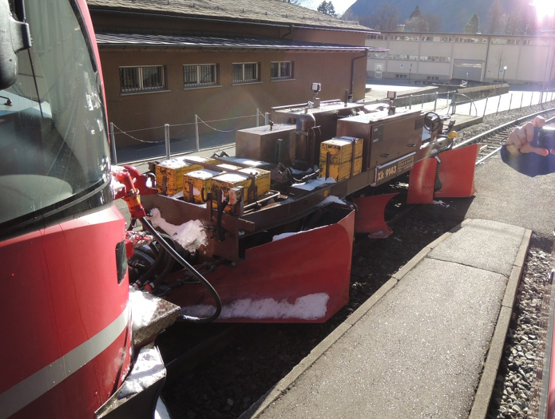Schneepflug vor einem Allegra-Triebwagen