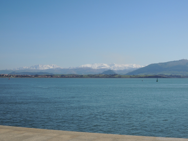 Blick über die Bucht von Santander aufs Kantabrische Gebirge
