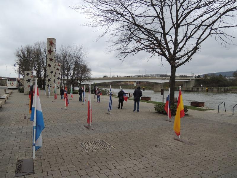 Blick auf das Mosel-Ufer und die Flaggen der Schengen-Staaten im gleichnamigen Ort