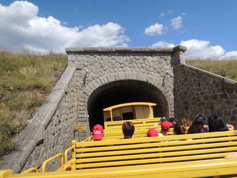 Tunneleinfahrt im offenen Wagen