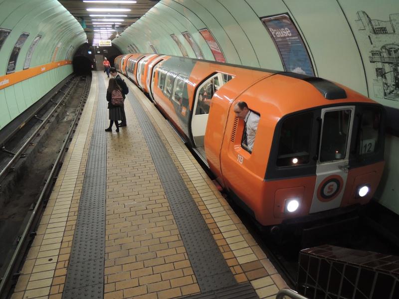 Zug im U-Bahnhof Cowcaddens