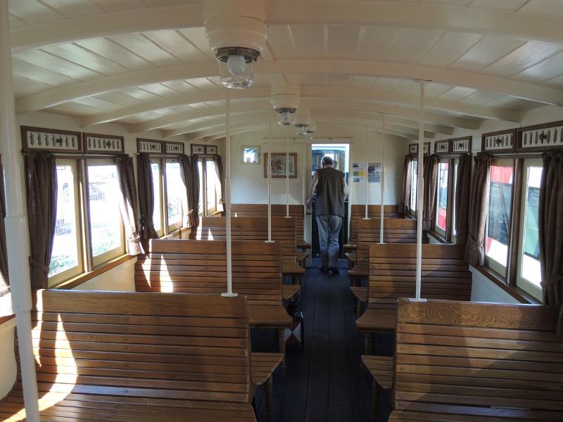 Innenansicht des Beiwagens der Trossinger Eisenbahn