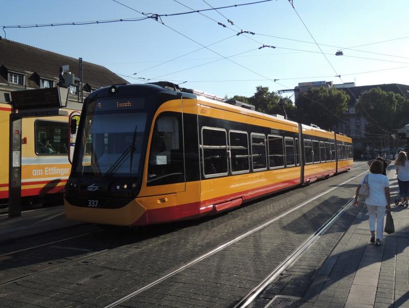 NET2012-Straßenbahn vor dem Hbf in Karlsruhe