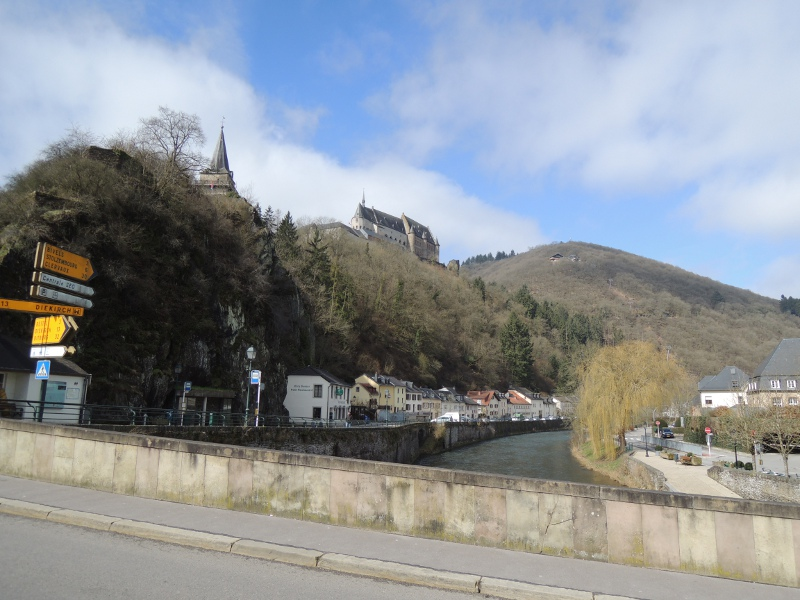 Blick auf das Our-Ufer und die Burg in Vianden