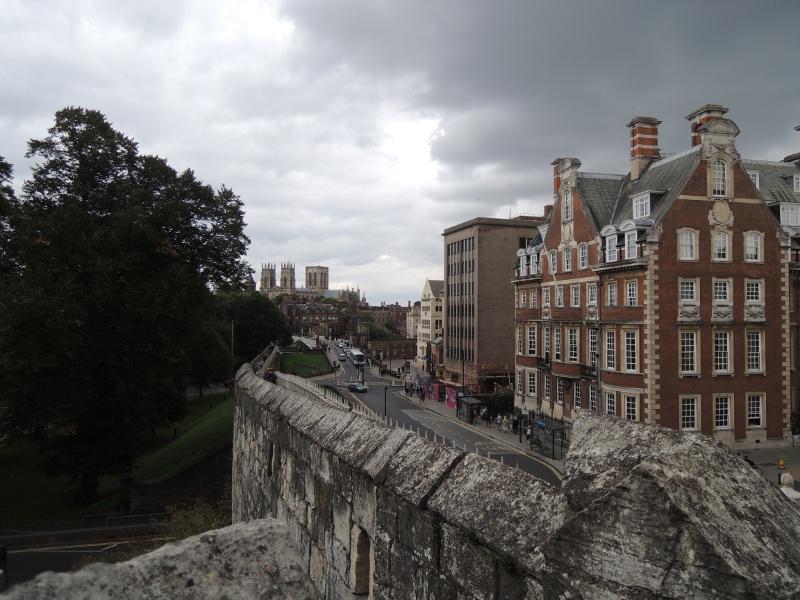 Blick von der Stadtmauer auf Minster und Stadt